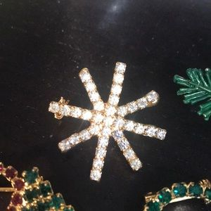 Jewelry - 5 Christmas brooch pins